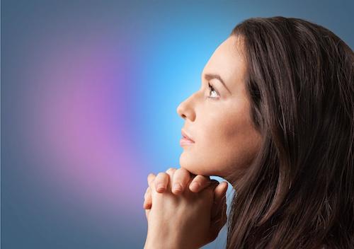 donna-prega-fiduciosa